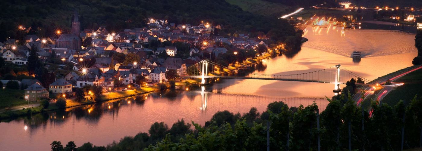 Wehlen mit der berühmten Brücke im Sonnenuntergang. Der Ort gehört zum Kreis Bernkastel-Kues Wittlich. Fotograf ist Uli Müller (Mekido)