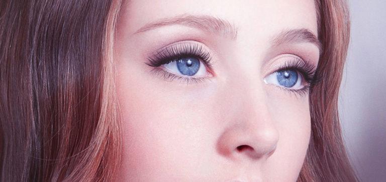 Attraktive Wimpern und schöne Augen mit Wimpernwelle.